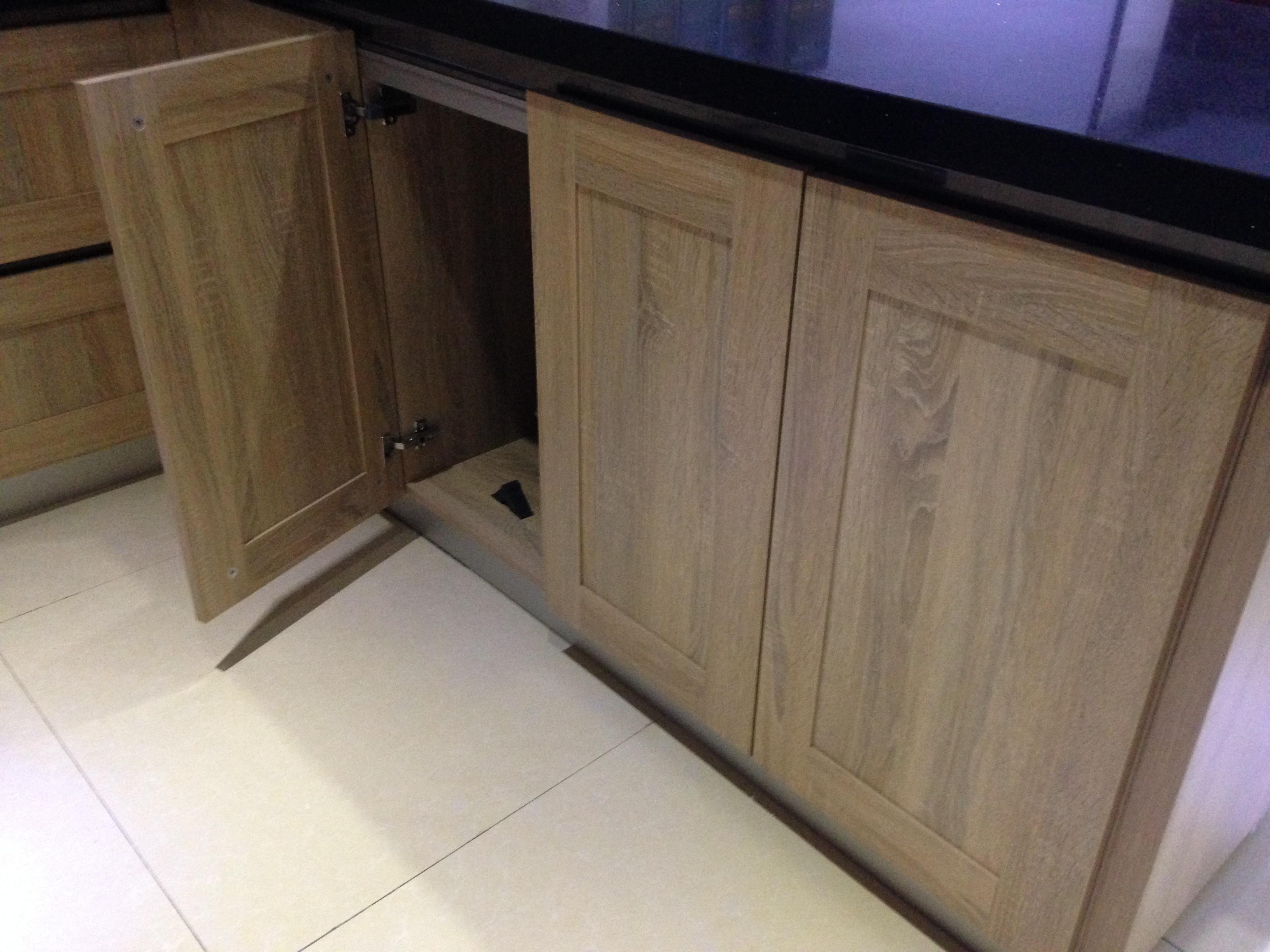 橱柜,作为家庭厨房的必备家具之一,无论是橱柜的五金材料还是板材质量,都是要达标且不能有任何污染的。橱柜分柜体与门板及面板等,对于门板,宜美康有质量更加优等的实木多层板来满足更多客户。 与橱柜柜体相较,橱柜门板更需要防水及耐磨性。在家居生活中,无可避免的会洒水或对门板磕磕碰碰,这时如果使用的是劣质板材,有些会雨水起鼓、开裂的情况发生,无论是从外观还是从实用性上面来说,都是非常糟糕的。而对于材质较差的板材来说,当有磕磕碰碰的情况发生时,板面一旦有坑出现,直接影响着橱柜厂家的后期维修。